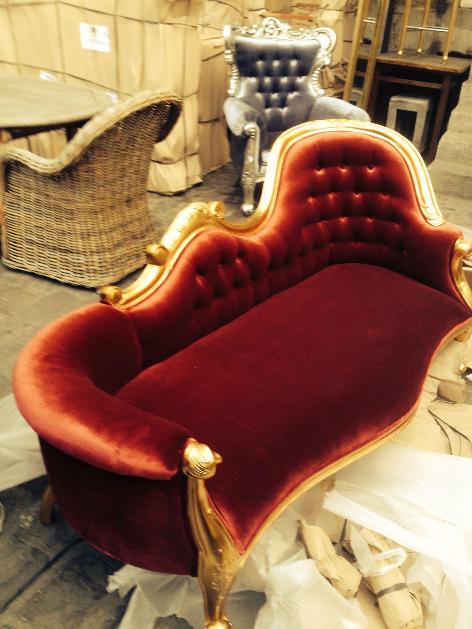 Www Deco Prive Com banquette baroque rouge et dorée. http://www.deco-prive