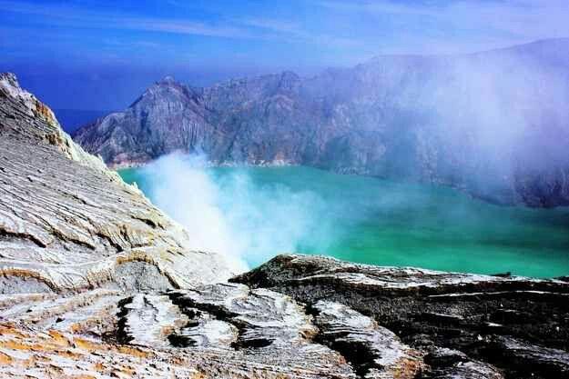 Indonesia también es el hogar del volcán Ijen y su lago del cráter.