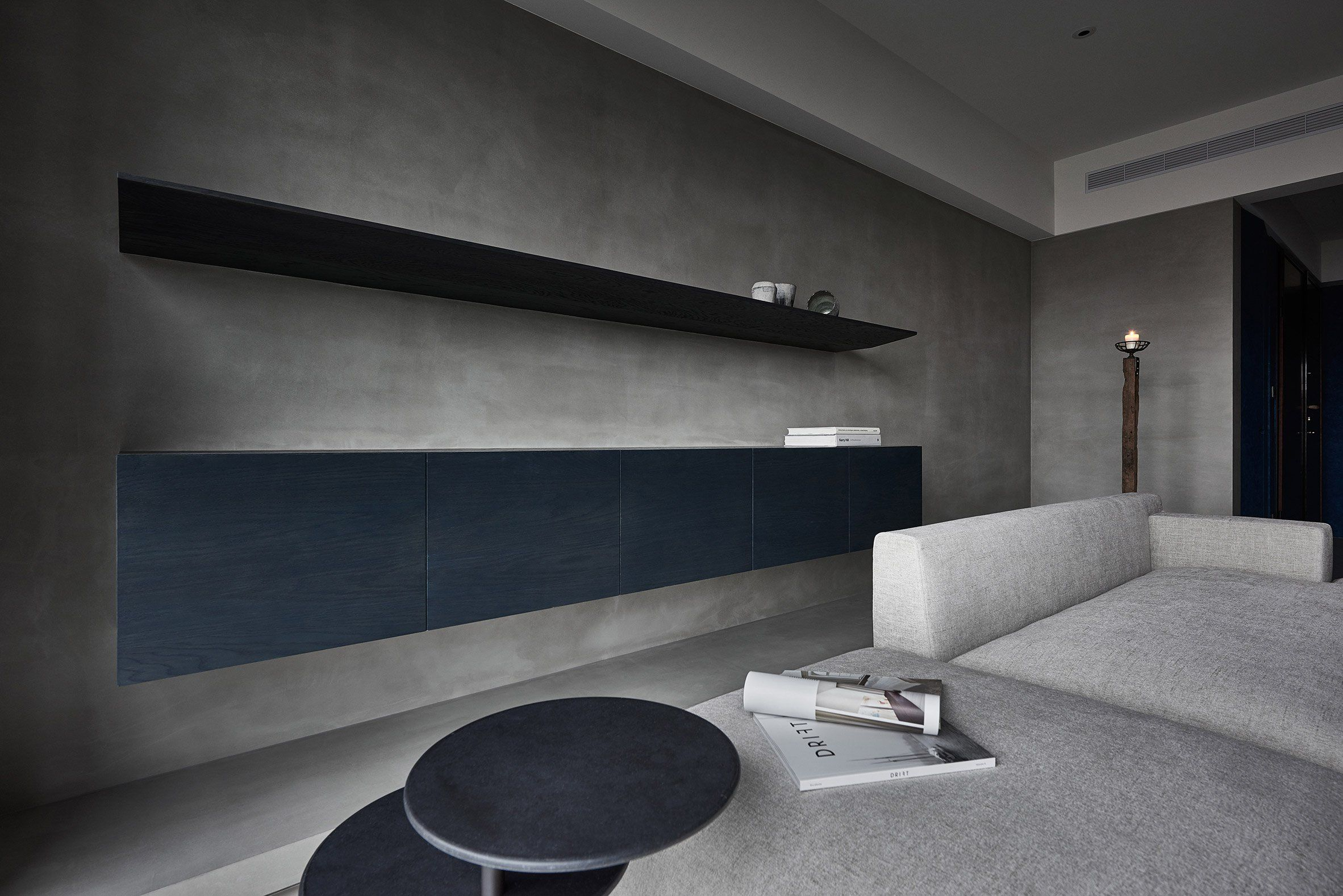 Shades of grey decorate sombre luxury apartment in taiwan 室