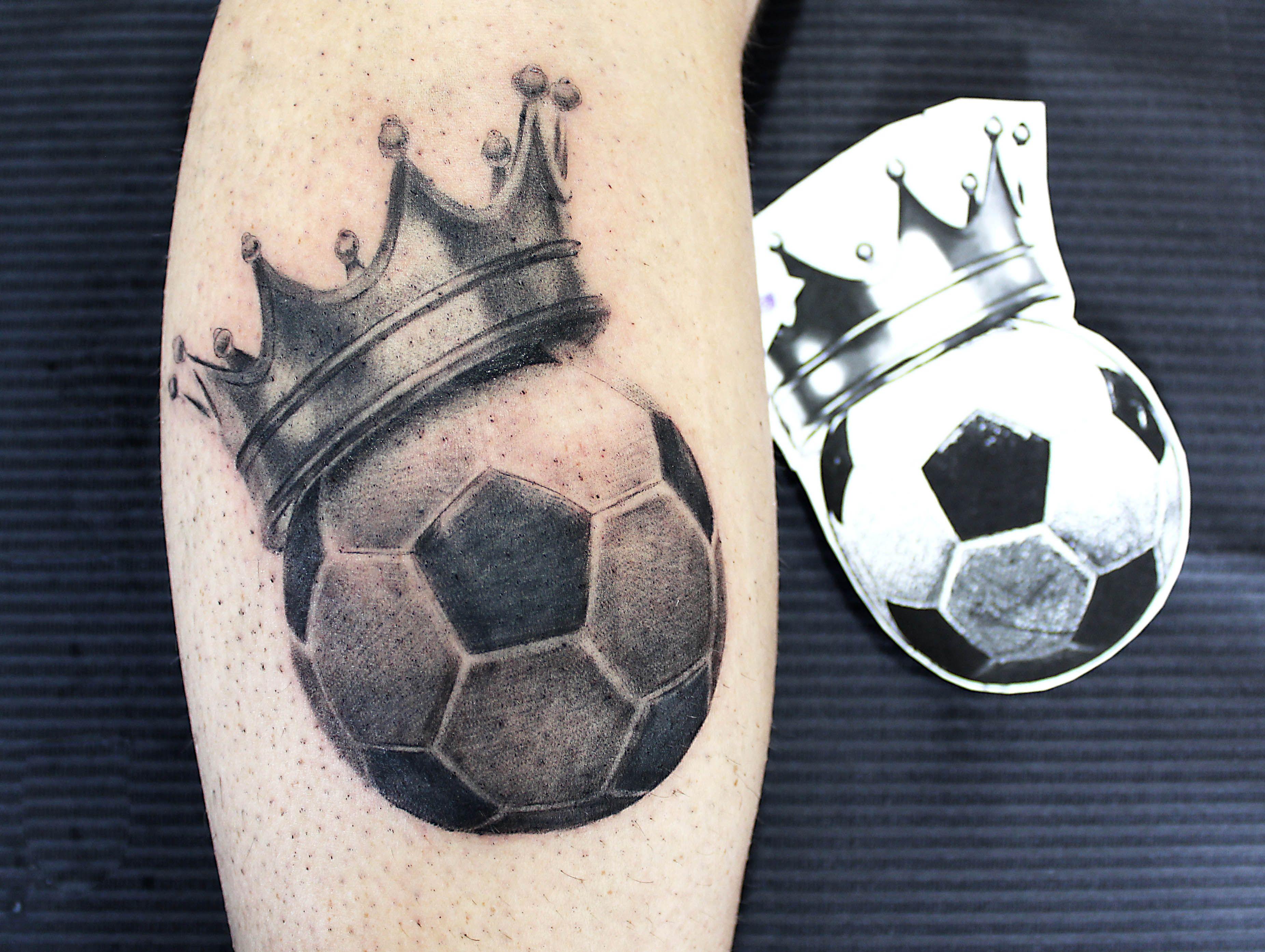 Crown And Soccer Ball Tattoo Tatuagem De Futebol Tatuagem De Texto Tatuagem