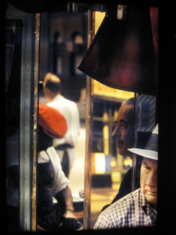 Beautiful, Cinematic Color Photographs of NYC in the 1950s by Saul Leiter See more at: http://thewallbreakers.com/beautiful-cinematic-color-photographs-of-nyc-in-the-1950s-by-saul-leiter/