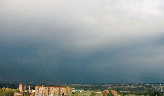 Los nimbo-stratus son nubes bajas situados a unos 1.000 metros y formadas por pequeñas gotas de agua. Se forman debido al descenso de los alto-stratus y se convierten en capas espesas que impiden ver el sol. De color grisáceo, estas nubes originan precipitaciones de carácter intenso.