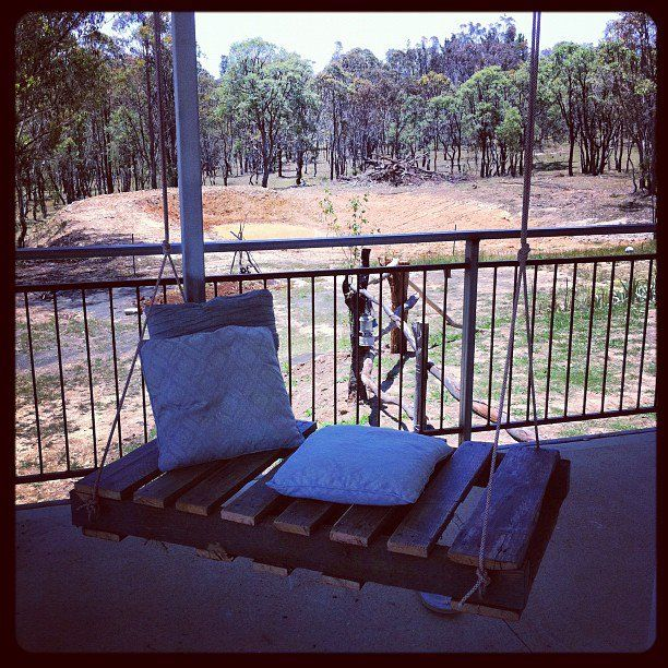 porch swing made from a pallet i love it pallet on porch swing ideas inspiration id=48116