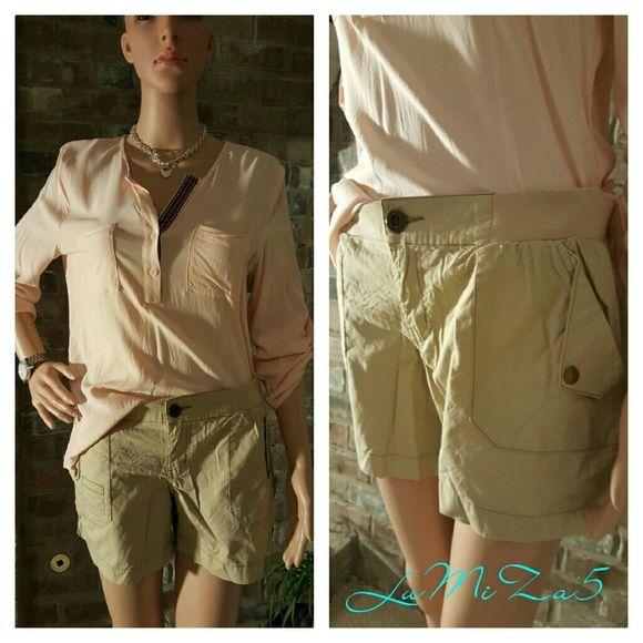 Khaki shorts Cute little liggt weight khaki shorts with a stretch waist. No Boundaries Shorts Cargos