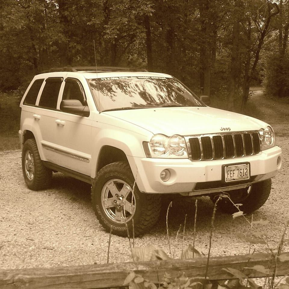 05 hemi grand cherokee 2 inch lift 31x10 5 tires [ 960 x 960 Pixel ]