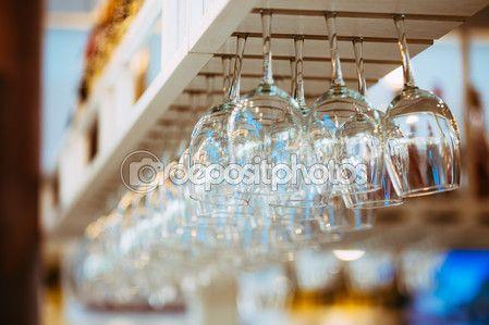 verres suspendus au dessus de bar rack