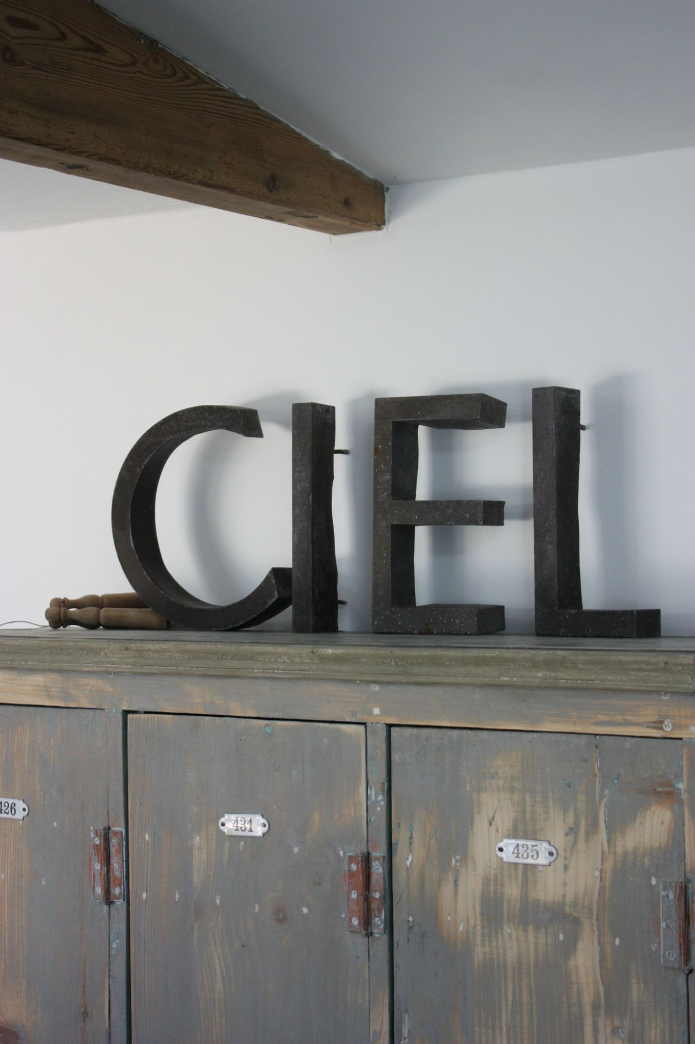Bring French To Your Decor With Vintage Letters This One Ciel Is Sky In English Le Grenier De Ninon Deco Noir Et Blanc Meuble De Metier