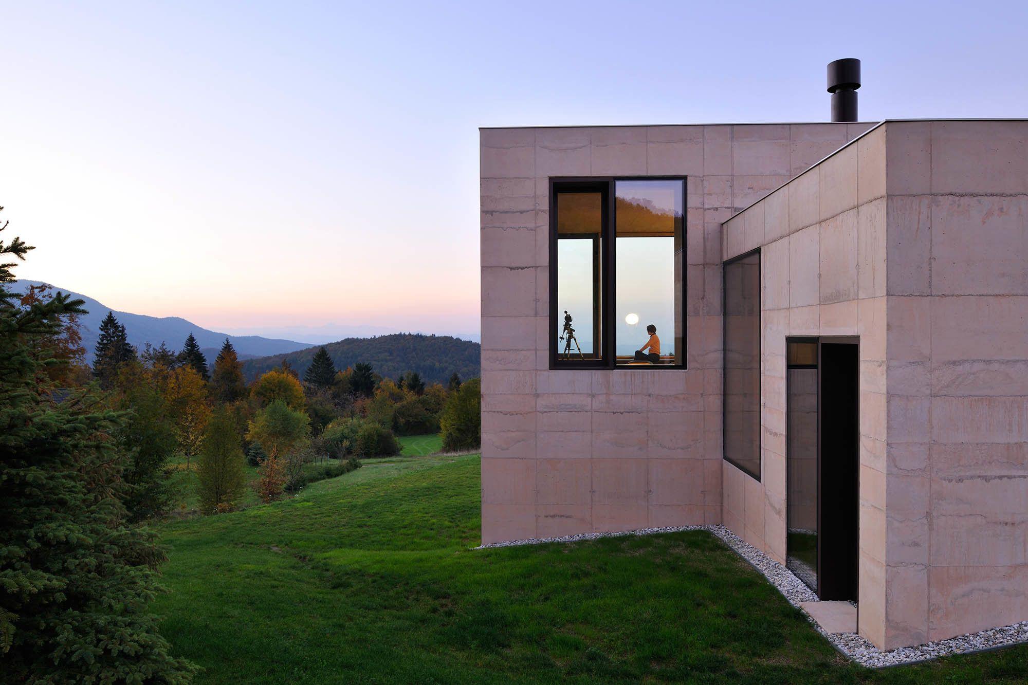 Warmer beton wohnhaus in den slowenischen alpen