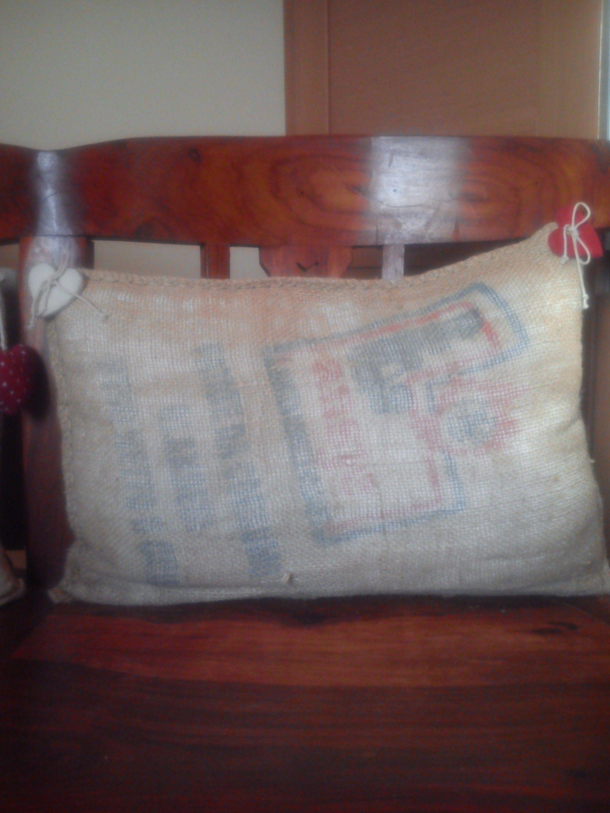 Cuscino in yuta realizzato con un sacco di patate riciclato.