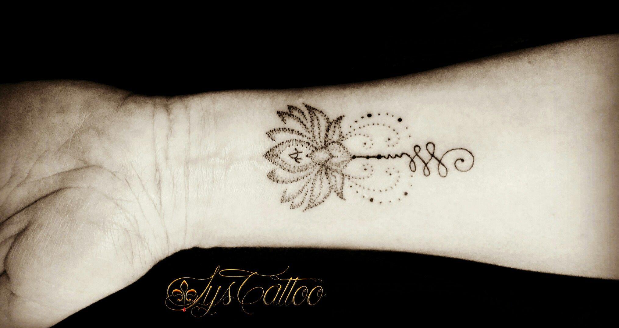 Tatouage Femme Poignet Avant Bras Fleur De Lotus Perles Et Unalome