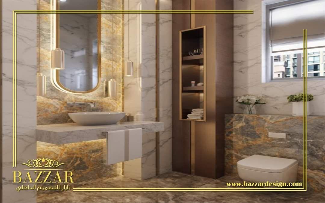 تصميم حمام مودرن صغير تم استغلال جميع المساحات وتصميمها بشكل عصري ومميز واختار المصمم اللون الابيض ليكن اللون Bathroom Remodel Designs Bathrooms Remodel Design