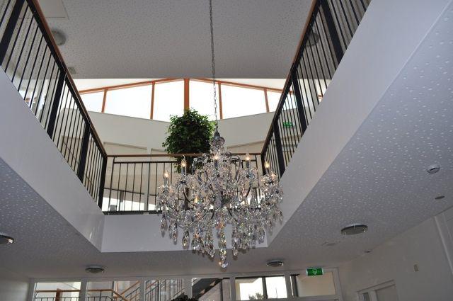 Vide zwart stalen staanders verticaal en kroonluchter for Edha interieur nl