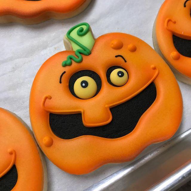 Another @blysscookies masterpiece featuring the Sweet Sugarbelle - halloween pumpkin cookies decorating