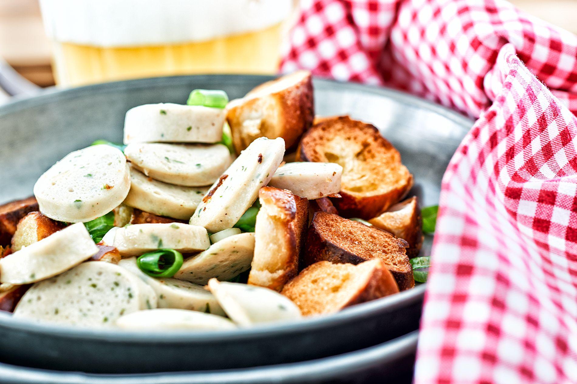 Unsere Bayrische Vorspeise Weißwurst Brezen Salat Mit Süßem Senf