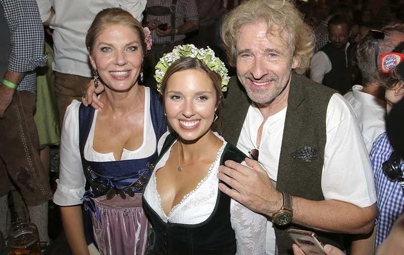Thomas Gottschalk Und Karina Mross So Offen Zeigen Sie Ihre Liebe Blumenmadchen Kleid Promis Oktoberfest