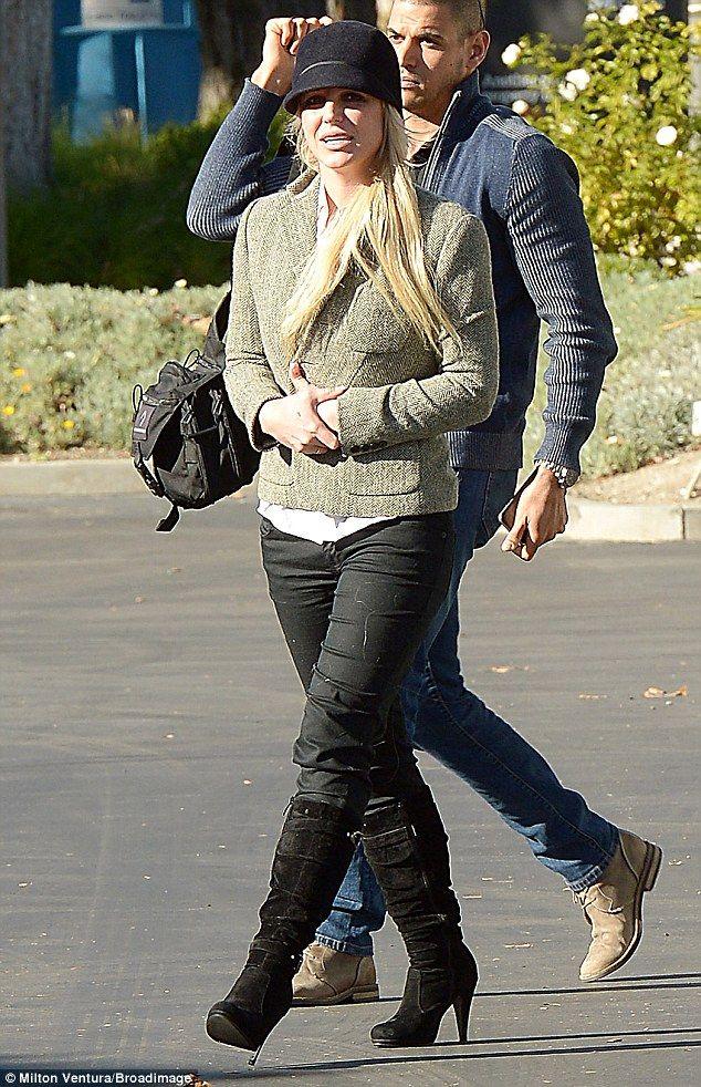 Chic: de Britney usava uma jaqueta de tweed e botas de camurça verde, enquanto fora em Wes...