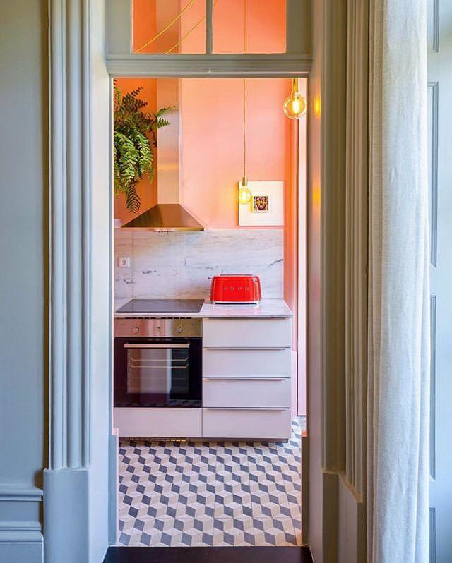 Diese moderne Küche, die in zwei Teile geteilt ist, hat