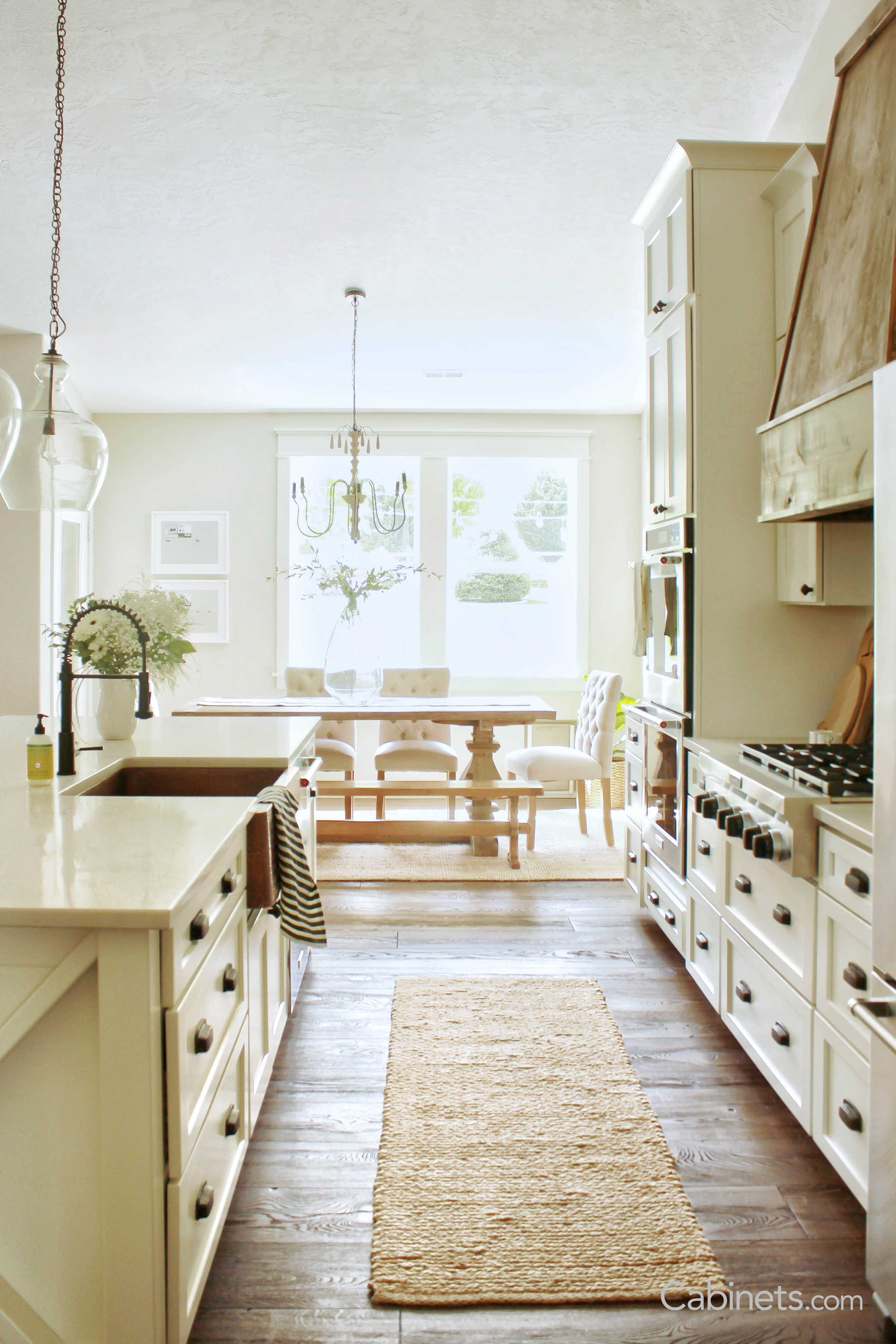 Charming Rustic Farmhouse Style Kitchen Shaker Ii Maple Alabaster Cabinets Oil Rustic Farmhouse Style Kitchen Farmhouse Style Kitchen Kitchen Cabinets Decor