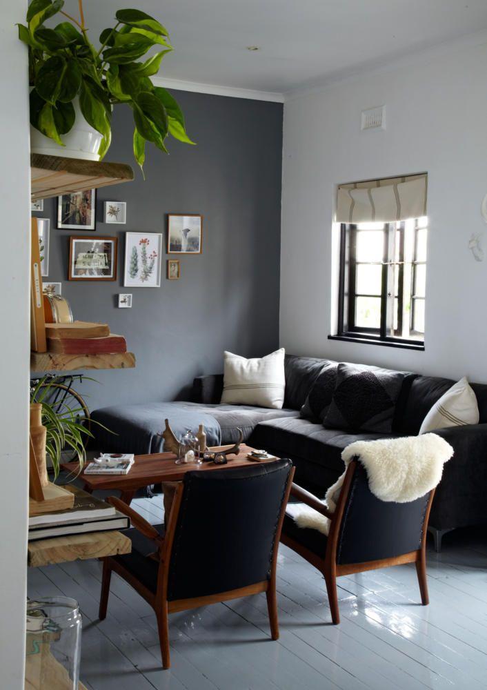 Das Schwarze Sofa Mit Den Blauen Sesseln Sorgt In Kombination Mit Der  Grauen Wand Für Einen Stilvollen Look. Die Schwarzen Fensterrahmen Aus Holz  Geben ...