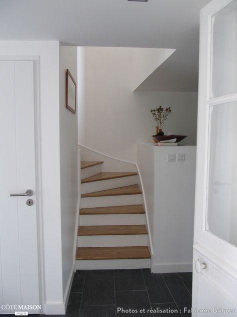 Des escalier en bois repeint en blanc pour se fondre dans le décor