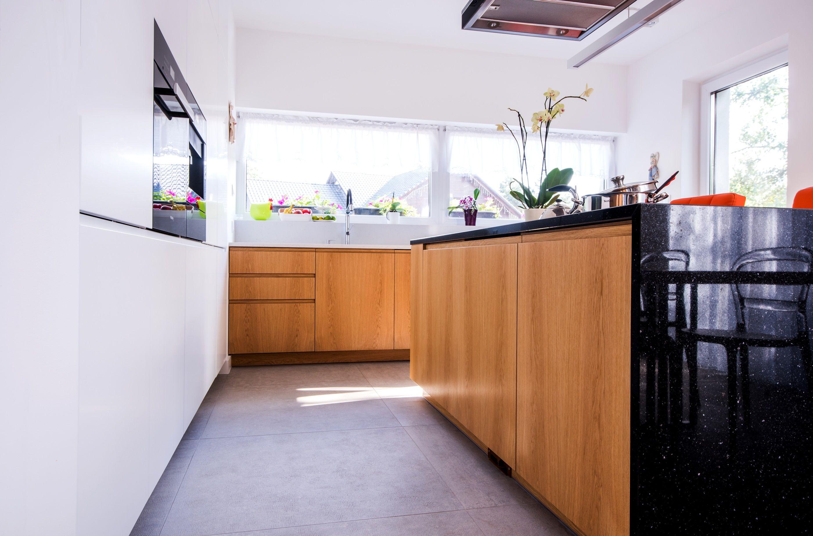 Kuchnia Fronty Fornirowane Fronty Lakierowane Fornir Dab Naturalny Blat Granit Konglomerat Uchwyty Frezowane Home Home Decor Kitchen