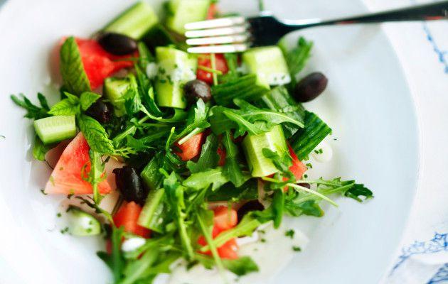 2 pussia  salaattisekoitusta  ½  hunajameloni  1 lohko  vesimelonia  2 rasiaa  feta-oliivisnackia (Arla)   tuoretta basilikaa  KASTIKE   juustorasioiden öljy   sitruunamehua   mustapippuria