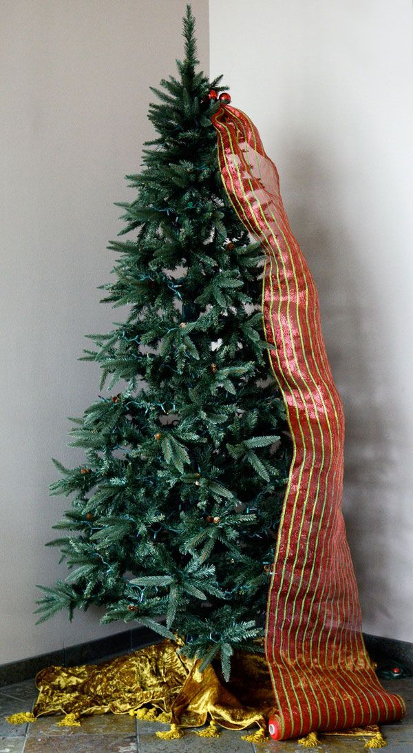 Christmas tree decorated with mesh ribbon and gold at the base - Quick Christmas Tree Decorating With Tinsel Ties And Deco Mesh
