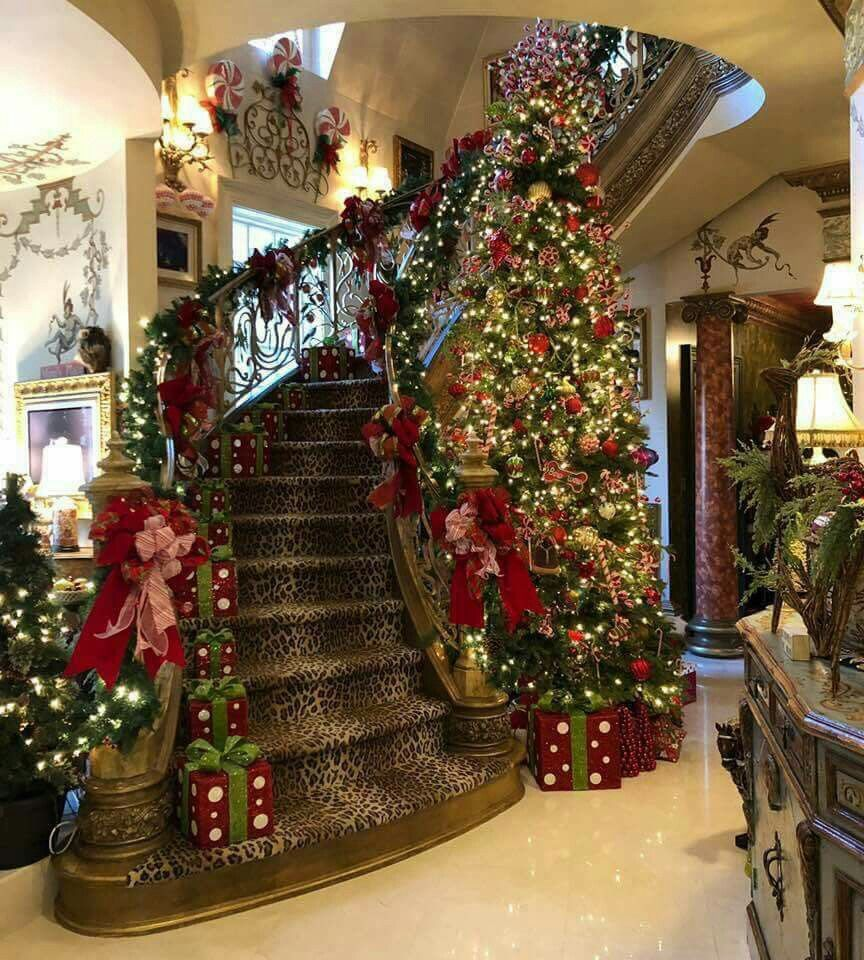 Gifts On Stairs To Block Access During Party Avec Images Decoration Noel Maison Decoration Noel Deco Noel