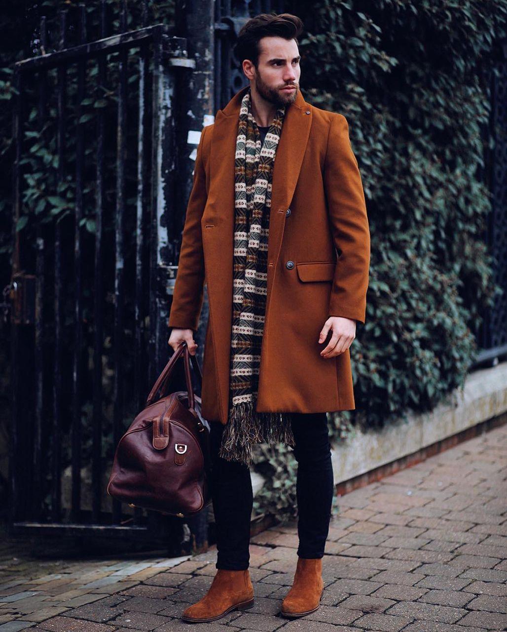 ec7502aa6e Look masculino de inverno com casaco longo e cachecol oversized. Confiram  mais tendências de moda
