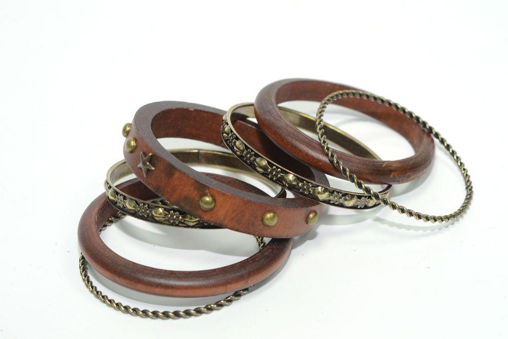 Juego de pulseras de aro marrón: 3 de madera con tachuelas y 4 de metal dorado envejecido labradas.    Medidas diámetro 7 cm  Ref.: AG7450M  http://www.meigallo.com/articulo/710/set-de-pulseras-rigidas