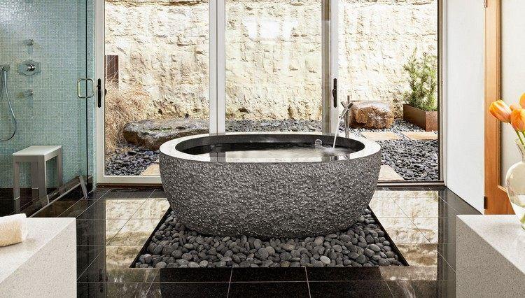 salle de bain pierre naturelle, déco en galets, baignoire îlot et