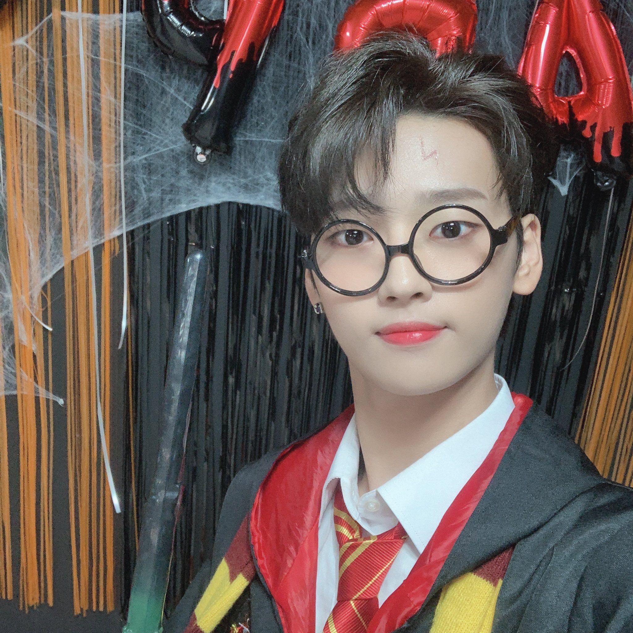 위아이 Wei On Twitter In 2020 Boy Groups Entertaining Cat Eye Glass