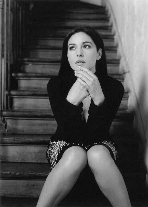 monica bellucci - la mujer pensativa