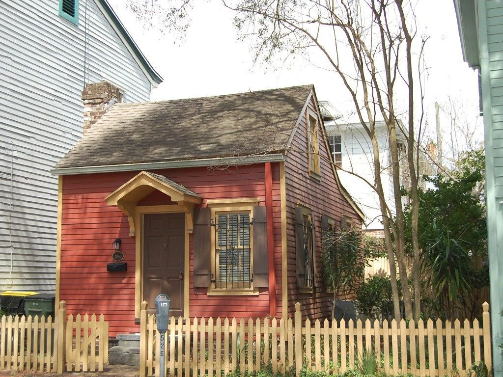 Smallest House In Savannah Ga Can Be Rented This Tiny Piece Of History Is Full Of Character Small House Savannah Chat Savannah Houses