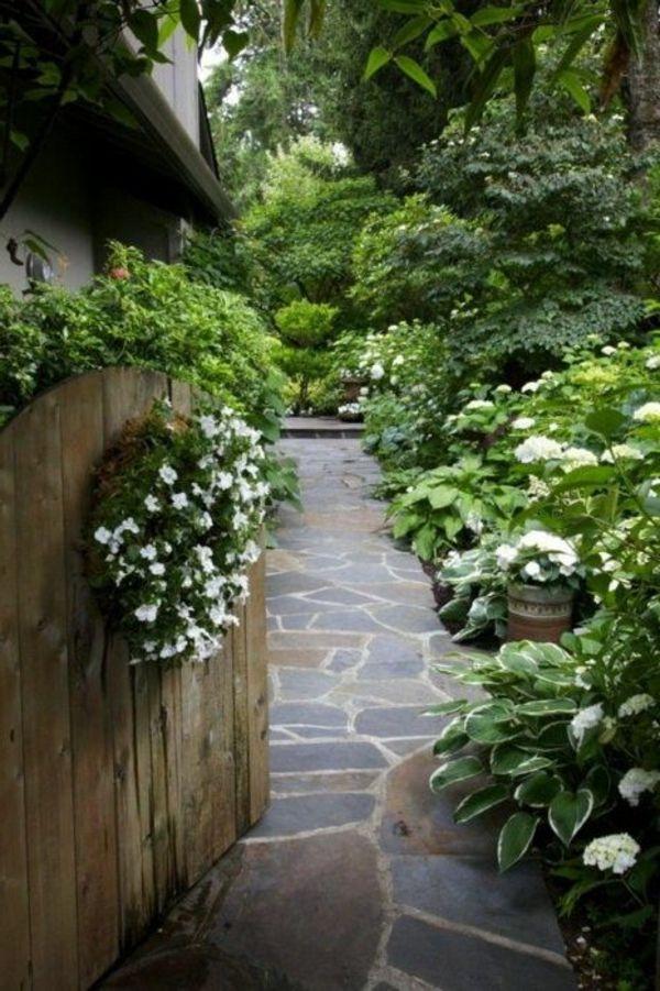 Schicke Gartenwege Aus Naturstein Oder Zement Fur Den Garten Natursteine Garten Garten Gartenweg