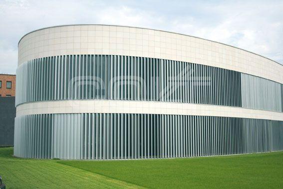 SEW Eurodrive ist ein international führendes Unternehmen der modularen Steuer- und Antriebselektronik. Die Faszination dynamischer Bewegungsabläufe soll man schon angesichts der Fassaden- und Sonnschutzkonstruktion spüren. Für diese Gewerke projektierte und installierte Colt ein externes, vollautomatisch regelbares Sonnenschutzsystem als dynamische Fassade aus Aluminium.  http://www.colt-info.de/sonnenschutz-lamellennachfuehrung-sew.html