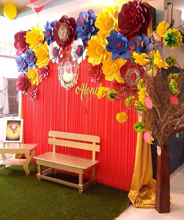 Lindo Panel De Tela Plisada Color Rojo Con Flores Dugorche En Tonos Azul Rojo Cumpleaños De Blanca Nieves Fiestas De Blancanives Decoraciones De Fiesta Azul