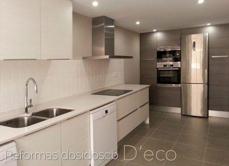 Reforma de una cocina moderna pintada frente alicatado 10x10cm y encimera silestone blanco Alicatado cocina