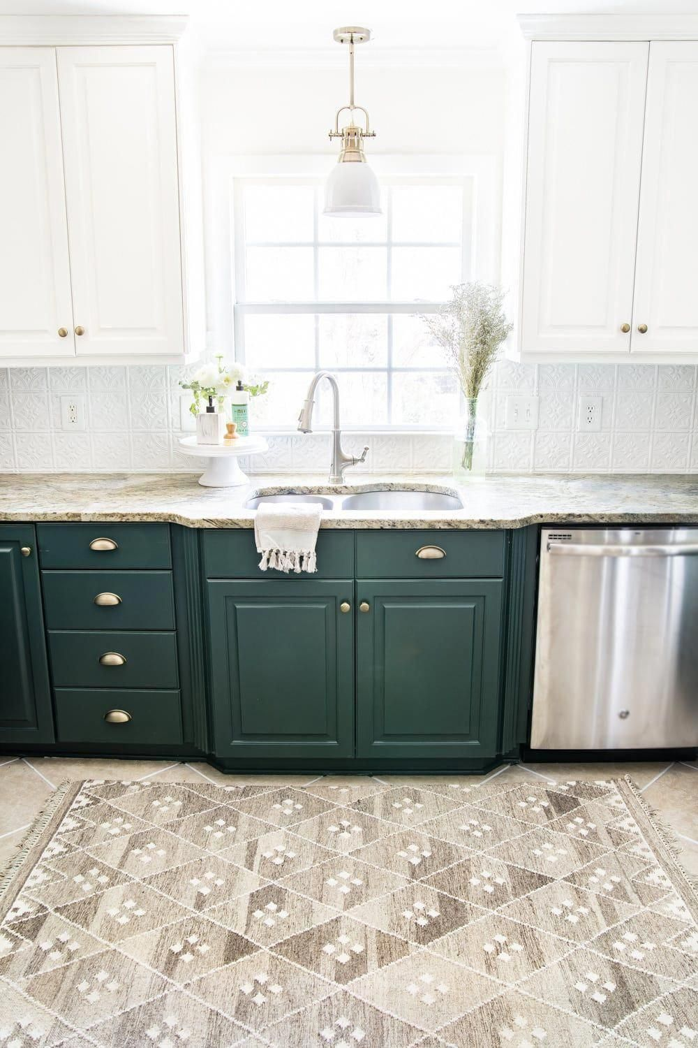 Deep Green Kitchen Cabinets With Diy Pressed Tin Ceiling Tile Backsplash And Layered Memory Foam Kitchen Rug Kitchencabinets En 2020 Maison Easy Cuisine