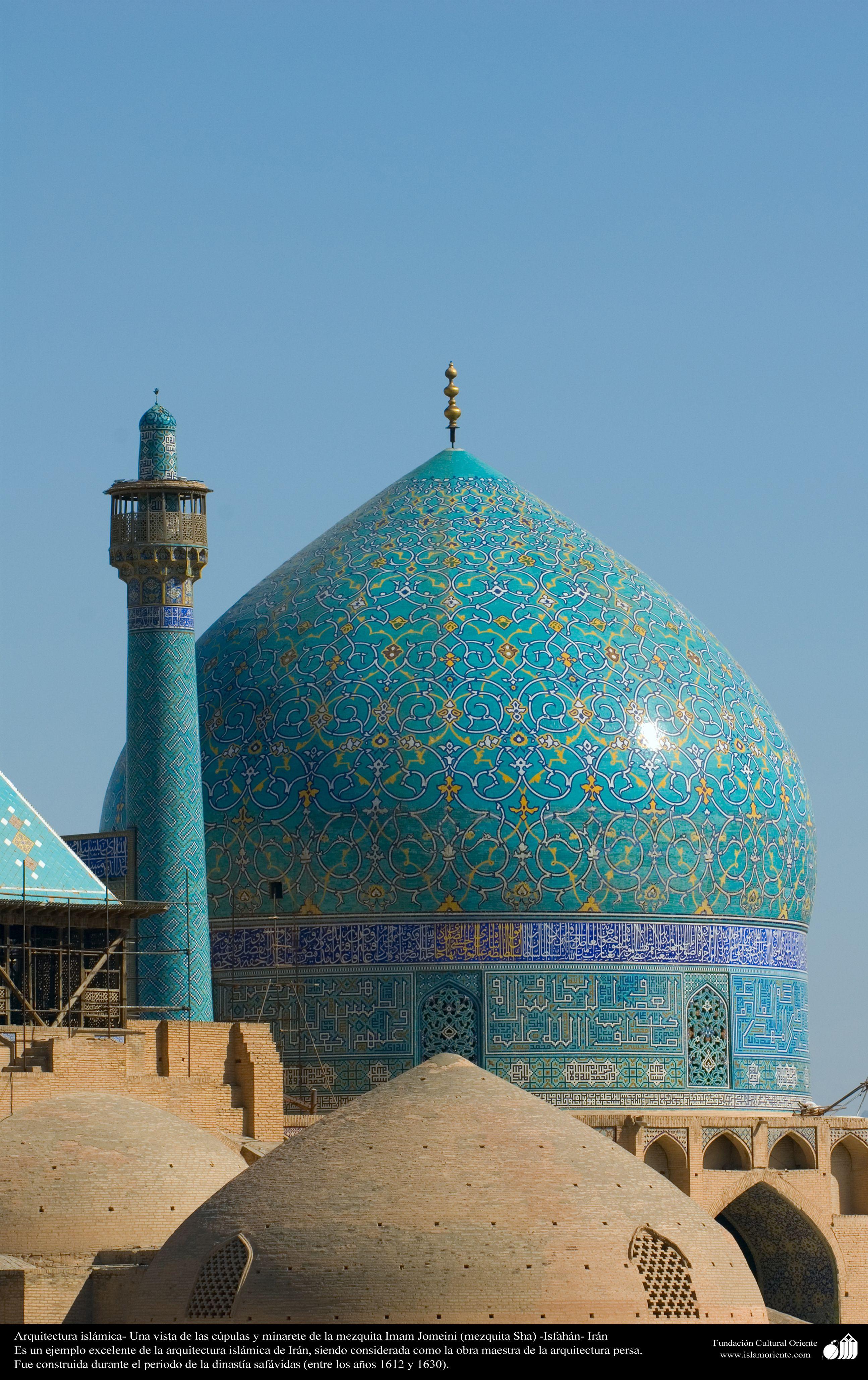 Arquitectura isl mica una vista de las c pulas y minarete for Arquitectura islamica