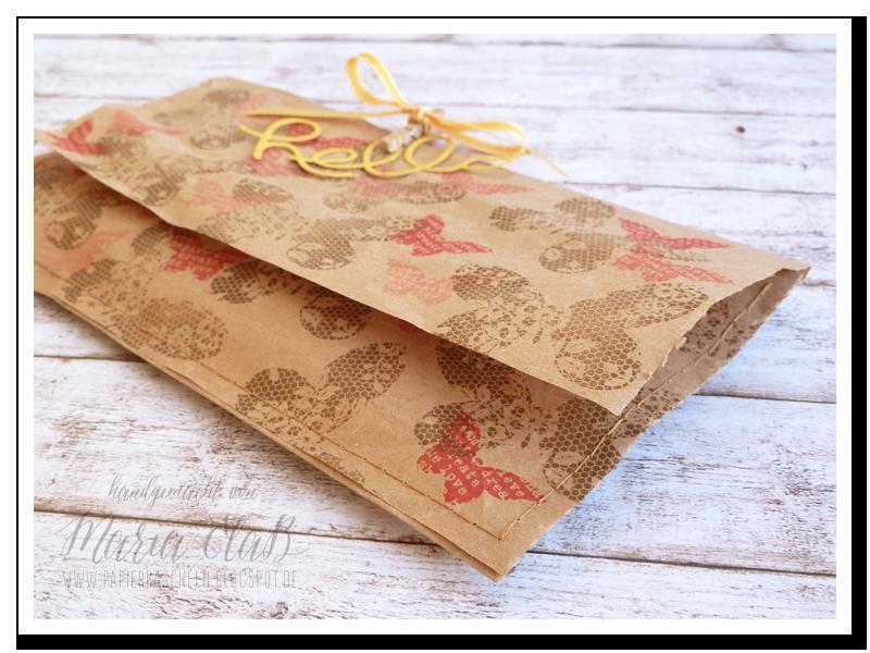 papierrascheln.blogspot.de 》Eine weitere Kleinigkeit ist in das Verpackungsmaterial von Stampin' Up! eingepackt. Bestempelt mit den Schmetterlingen aus 'Schmetterlingsgruß' in den Farben Wildleder und Rhabarberrot und wunderhübsch vernäht. Man könnte meinen es ist eine Papier-Clutch.