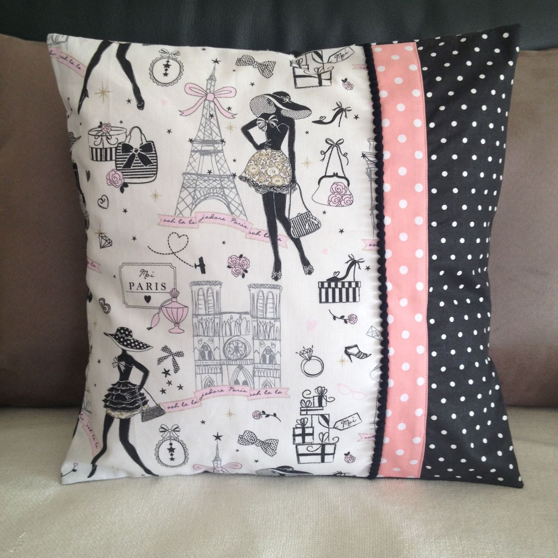 housse de coussin chic et retro la parisienne n 5 et tissus noir et rose pois textiles et. Black Bedroom Furniture Sets. Home Design Ideas