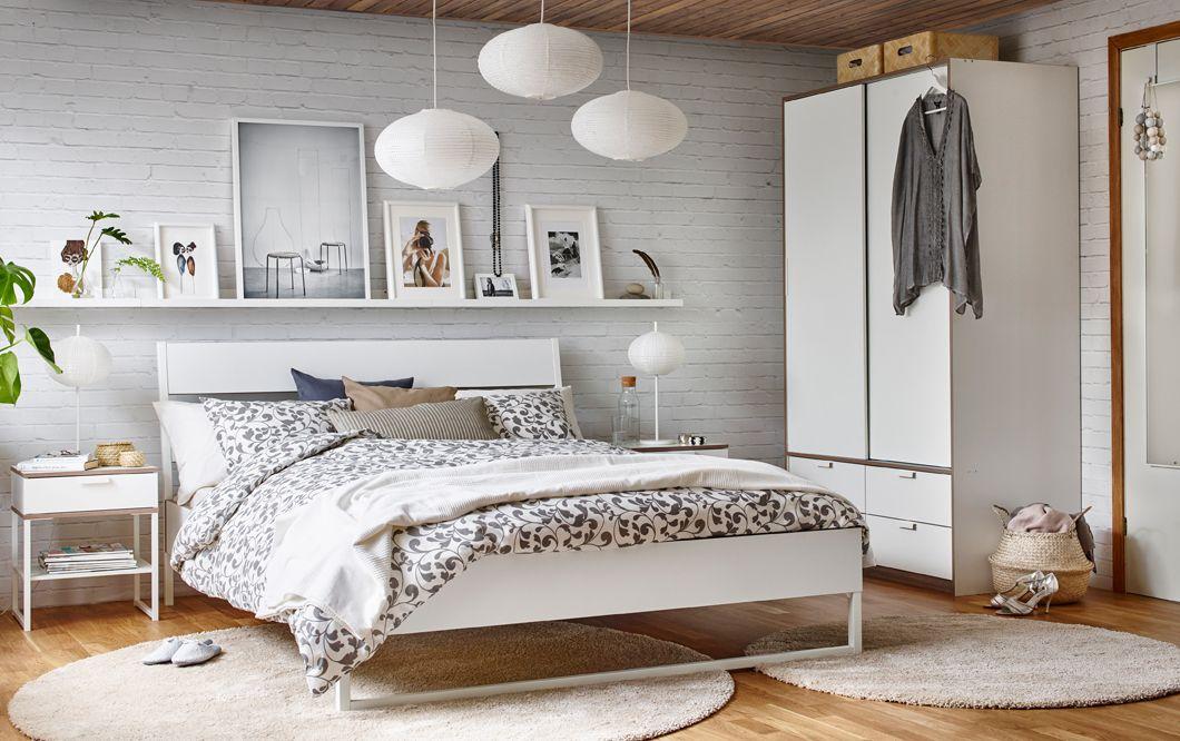 trysil bettgestell in wei hellgrau in einem schlafzimmer mit wei en w nden und holzfu boden. Black Bedroom Furniture Sets. Home Design Ideas