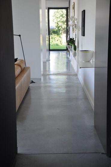 Gepolierd beton. Industriële vloer met blinkende toplaag. Voor grote ...
