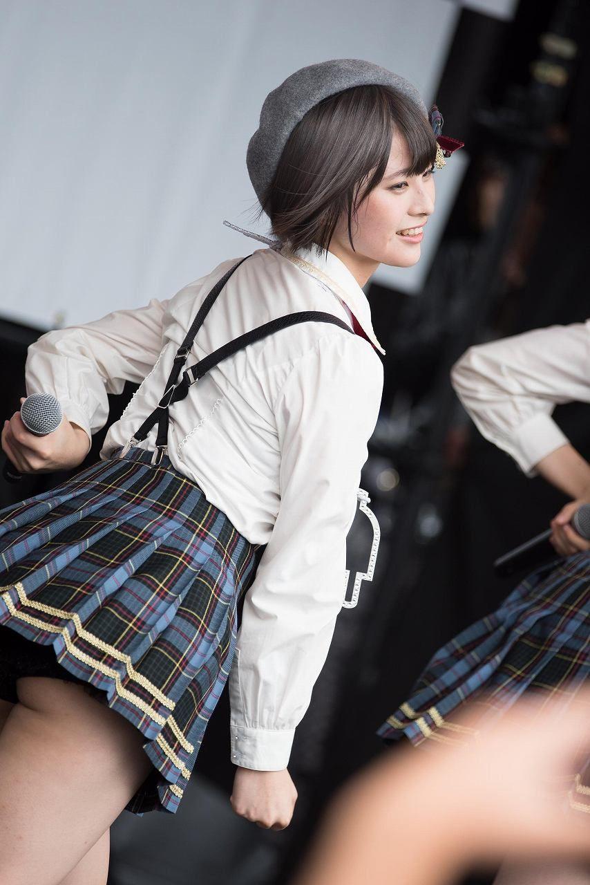 AKB48 チーム8 エロ画像 超ミニスカ衣装で見せパンからハミケツしてるAKB48・佐藤栞