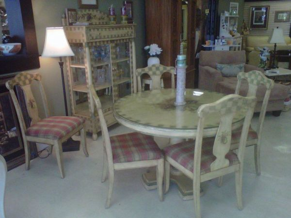 This Rich Pulaski Quality Dining Table Set Is Accented With A Darling Wine Themed Painted Finish Yesterdays Treasures Consignment 1185 Second Street Suite