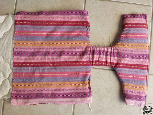 94eb1bdccda8 Porte bébé pour poupée Comment recycler un rideau, un coutil de matelas et  un sac à dos... en faisant un porte bébé pour la poupée de ma fille.