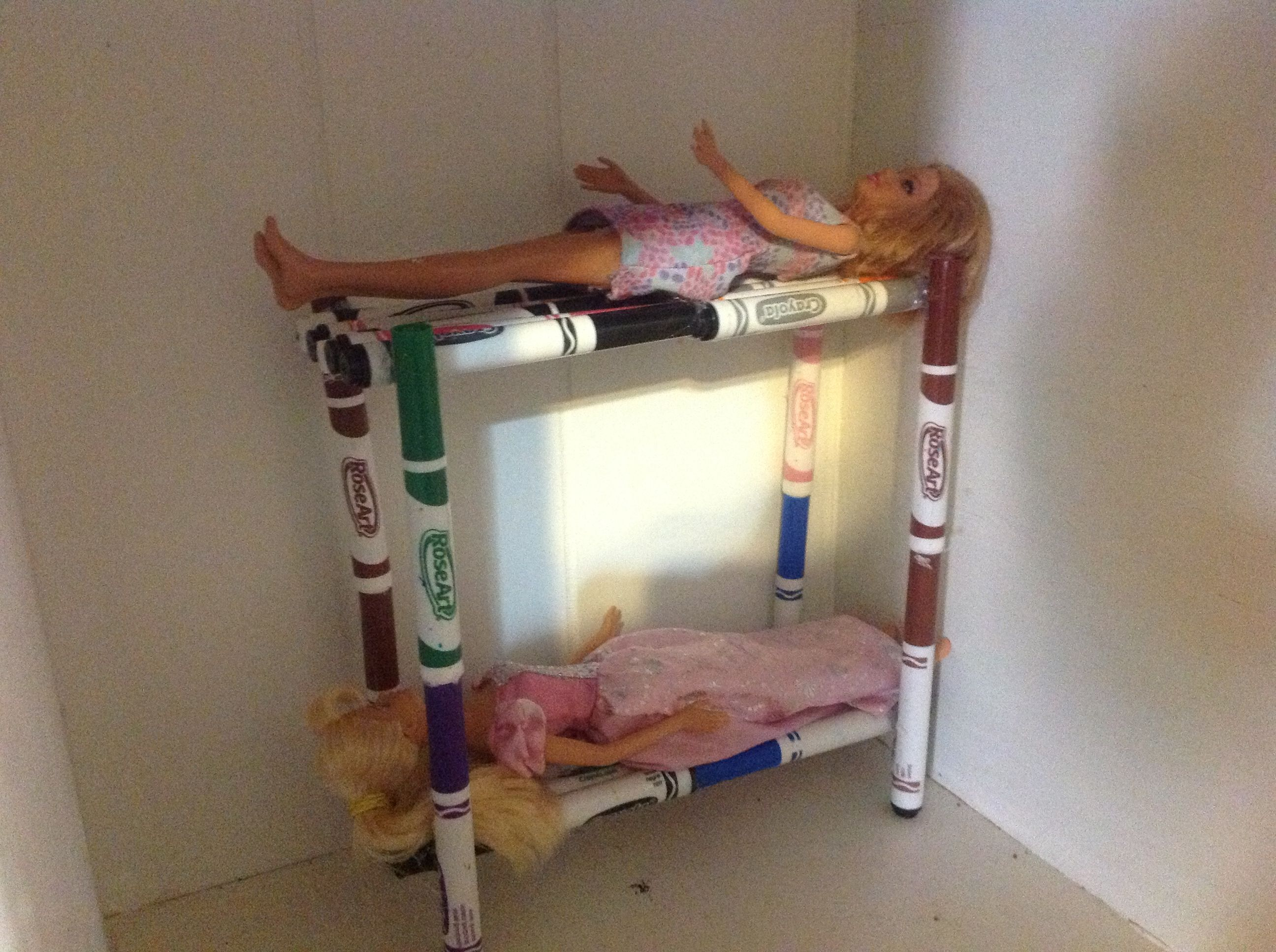 homemade barbie furniture ideas. diy barbie bunkbed with markers and hot glue. so, so easy to make furniture homemade ideas r