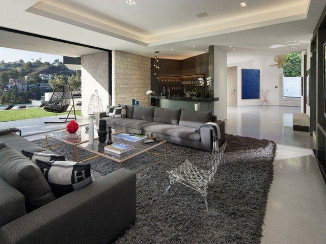 design du salon avec canapés gris et tapis à poil long assorti