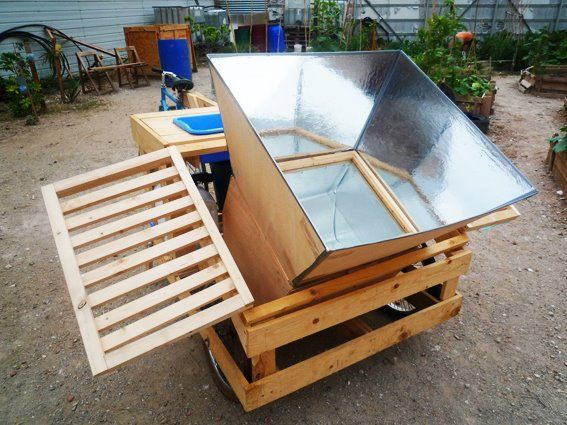 During 2012 edition of eme3, Pezestudio designed and built prototypes of mobile furniture with the help of associations and inhabitants of Ciutat Vella in Barcelona (Spain). The results were two wheeled kits, with a solar cooker, table, chairs and gardening tools.